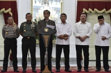 Presiden Joko Widodo (ketiga kiri) didampingi Menkopolhukam Wiranto (ketiga kanan), Kepala BIN Budi Gunawan (kedua kanan), Menteri Agama Lukman Hakim Syaifuddin (kanan), Panglima TNI Jenderal TNI Gatot Nurmantyo (kedua kiri) dan Kapolri Jenderal Pol Tito Karnavian (kiri) menyampaikan tanggapan terkait unjuk rasa 4 November di Istana Merdeka, Jakarta, Sabtu (5/11). Presiden mengucapkan terima kasih atas aksi tertib dan damai dalam penyampaian aspirasi oleh demonstran, tetapi juga menyesalkan kericuhan yang terjadi. ANTARA FOTO/Puspa Perwitasari/pras/16