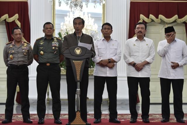 Presiden Joko Widodo (ketiga kiri) didampingi Menkopolhukam Wiranto (ketiga kanan), Kepala BIN Budi Gunawan (kedua kanan), Menteri Agama Lukman Hakim Syaifuddin (kanan), Panglima TNI Jenderal TNI Gatot Nurmantyo (kedua kiri) dan Kapolri Jenderal Pol Tito K